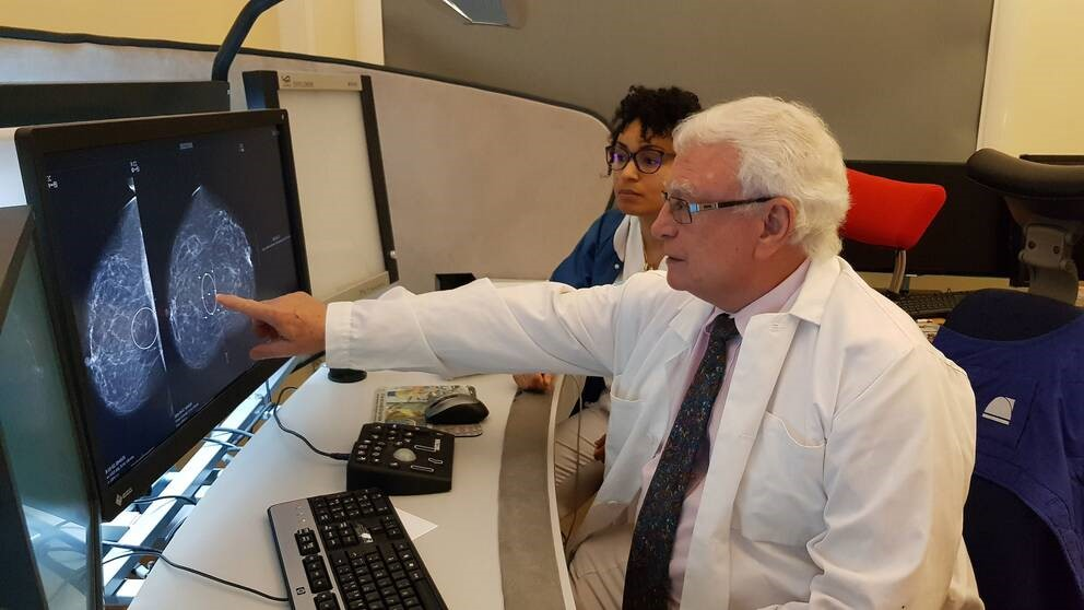 Dr. László Tabár, professor emeritus of radiology and former medical director of the Department of Mammography at Falun Central Hospital, together with a colleague